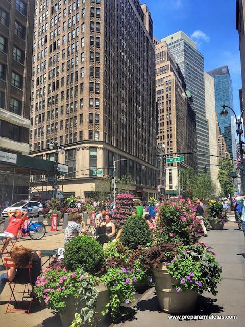 mesas y sillas en Broadway Nueva York