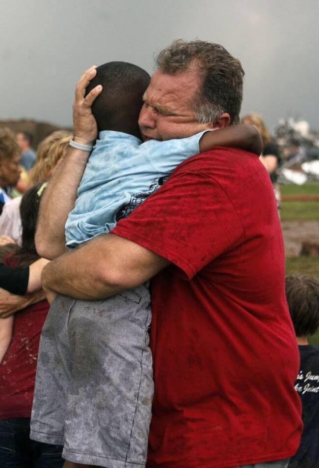 22 Stirring Pictures That Made Even The Toughest Of Us Cry - This teacher is hugging a kid after a tornado destroyed their school.