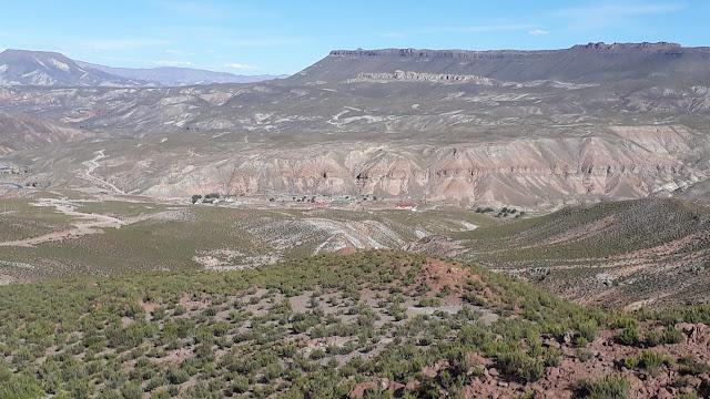 Das ist das herrlich gelegene San Antonio de Esmoruco, wo die Ausstellung stattfindet. Allerdings für HAM' s mit DX Ansprüchen weniger geeignet, da es ein HF Loch ist. Selbst abends auf 40 Meter bekomme ich nur mit Mühe ein CW QSO hin. Lieber ein HF Loch in der Nähe als ein schwarzes Loch. HI