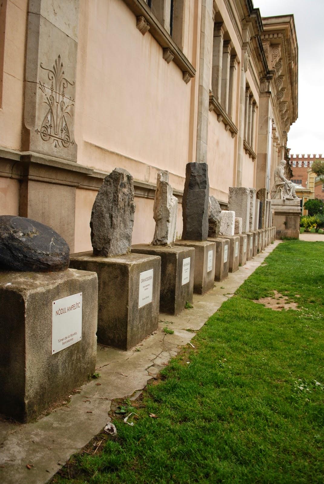 Камни у музея геологии. Парк Цитадели (Сьютаделья, Ciutadella), Барселона, Каталония, Испания. Parc de la Ciutadella, Barcelona, Catalonia, Spain