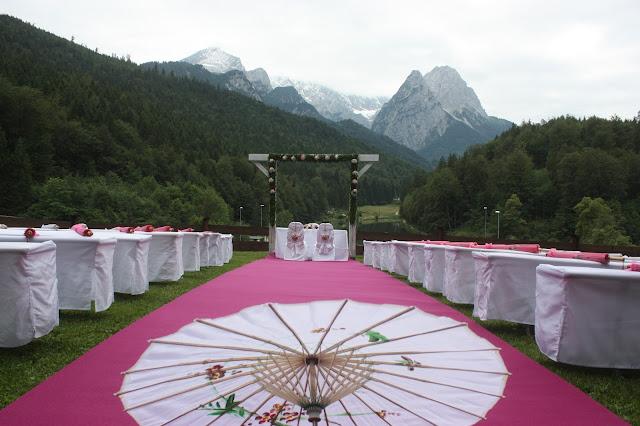 Panoramawiese am Riessersee - Internationale Hochzeit mit Gleitschirmflug des Bräutigams, Riessersee Hotel Garmisch-Partenkirchen, besondere Trauungen, Hochzeit in Bayern, #Riessersee #Garmisch #Gleitschirm #Hochzeit #Tandemflug #heirateninbayern
