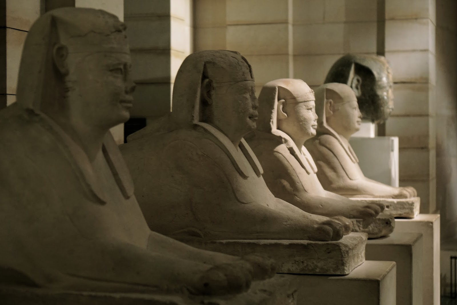 スフィンクスの参道  (Six des sphinx qui bordaient l'allée menant au Sérapéum de Saqqara)