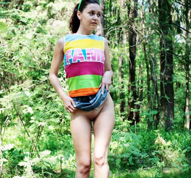 Эротика ню: Мочеиспускание уличных ссыкух www.eroticaxxx.ru - писающие девушки! ЭРО решили пописать на улице, моча и писсинг