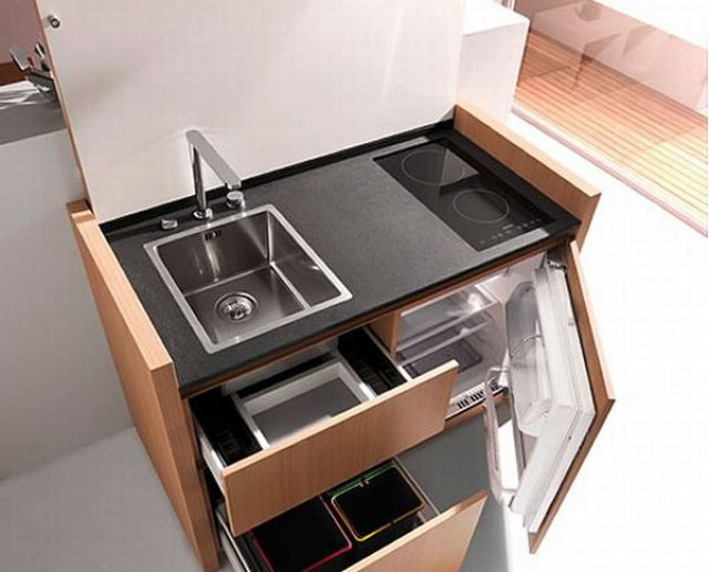 Dapur Ini Dilengkapi Dengan Peti Penyejuk Sinki Pencuci Pinggan Microwave Rak Simpanan Dan Tong Sampah