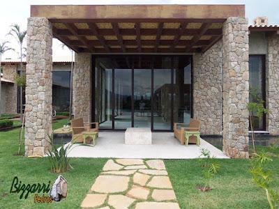 Pilares de pedra, com pedra moledo, para execução do pergolado de madeira na sacada da residência em Piracaia-SP.