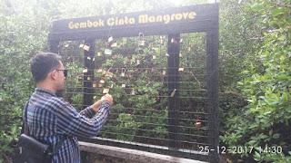 "ang lebih menariknya lagi, di kawasan ini juga disediakan suatu area yang dinamakan ""Gembok Cinta Mangrove"". Biasanya para pengunjung yang datang ke ekowisata mangrove ini memasang gembok dengan tujuan agar kamu ikut serta mencintai objek wisata  mangrove ini dan melestarikannya."