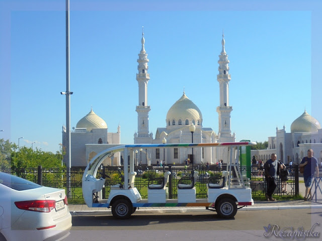 передний план белой мечети