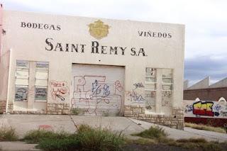 Pasada las 7 un llamado alertó al cuartel central de Bomberos de un incendio que se estaba produciendo en la ex Bodega Duc de Saint Remy, ubicada sobre Avenida Libertador, en Rivadavia.
