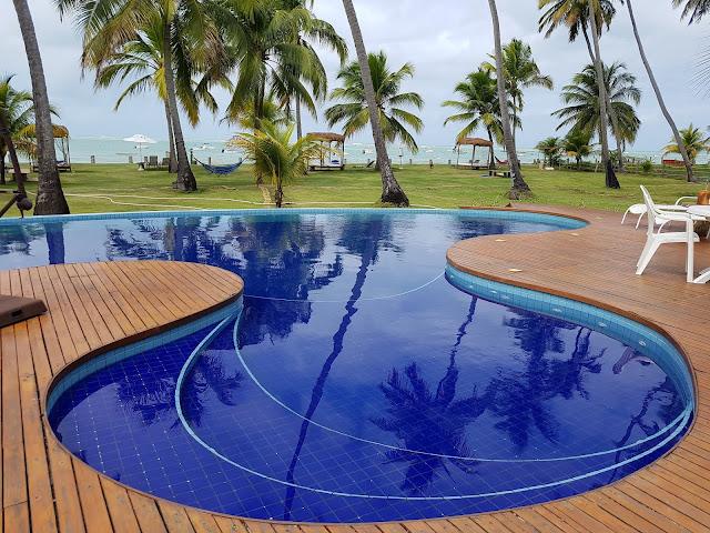Área externa, com a piscina e os vários mini bangalôs de frente para o mar - Pousada Paraíso Carneiros - Pernambuco