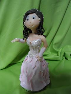 Linda debutante feita sob encomenda com características do vestido da aniversariante.