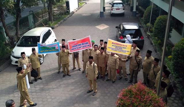 Para Pembantu Pegawai Pencatat Nikah (P3N) mendatangi Kantor Kemenag
