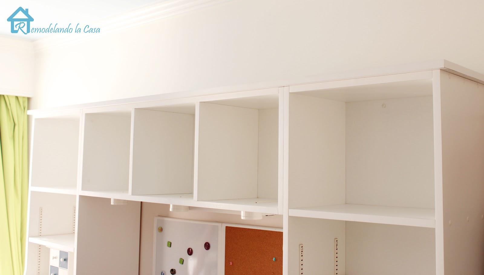 adding crown molding to the top of bookcases - remodelando la casa