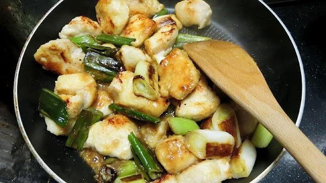 食材に味噌だれを混ぜ合わせて炒め合わせる