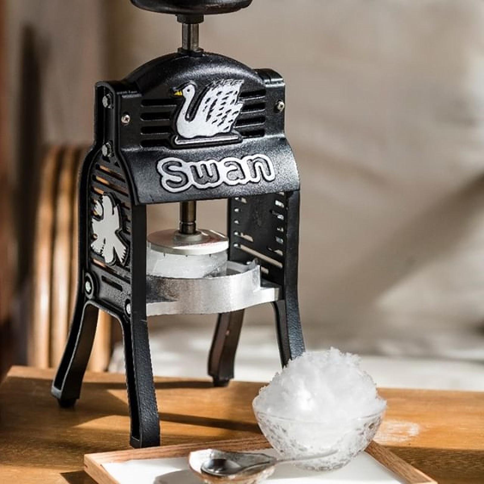 Swan鵝牌極致鵝絨日式刨冰 鵝絨雪花冰;  迷你小黑鵝:吸引目光的生財工具 適合行動市集、DIY體驗 產能質地耐用性遠高於hatsuyuki初雪-swan-kakigori-ice-shaving-machine-black-mini-TW