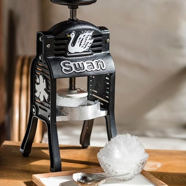 Swan鵝牌極致鵝絨日式刨冰 鵝絨雪花冰;  迷你小黑鵝:吸引目光的生財工具|適合行動市集、DIY體驗 產能質地耐用性遠高於hatsuyuki初雪-swan-kakigori-ice-shaving-machine-black-mini-TW