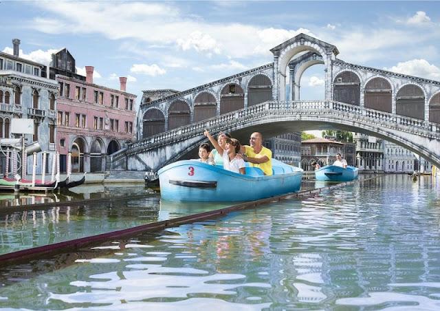 Visitantes do parque passeado pela Veneza em miniatura