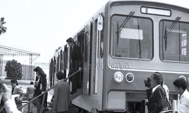 Alan García Pérez en primer vagón del tren eléctrico de Lima