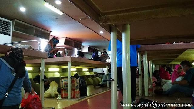 Suasana Ruang Lesehan di kapal ferry