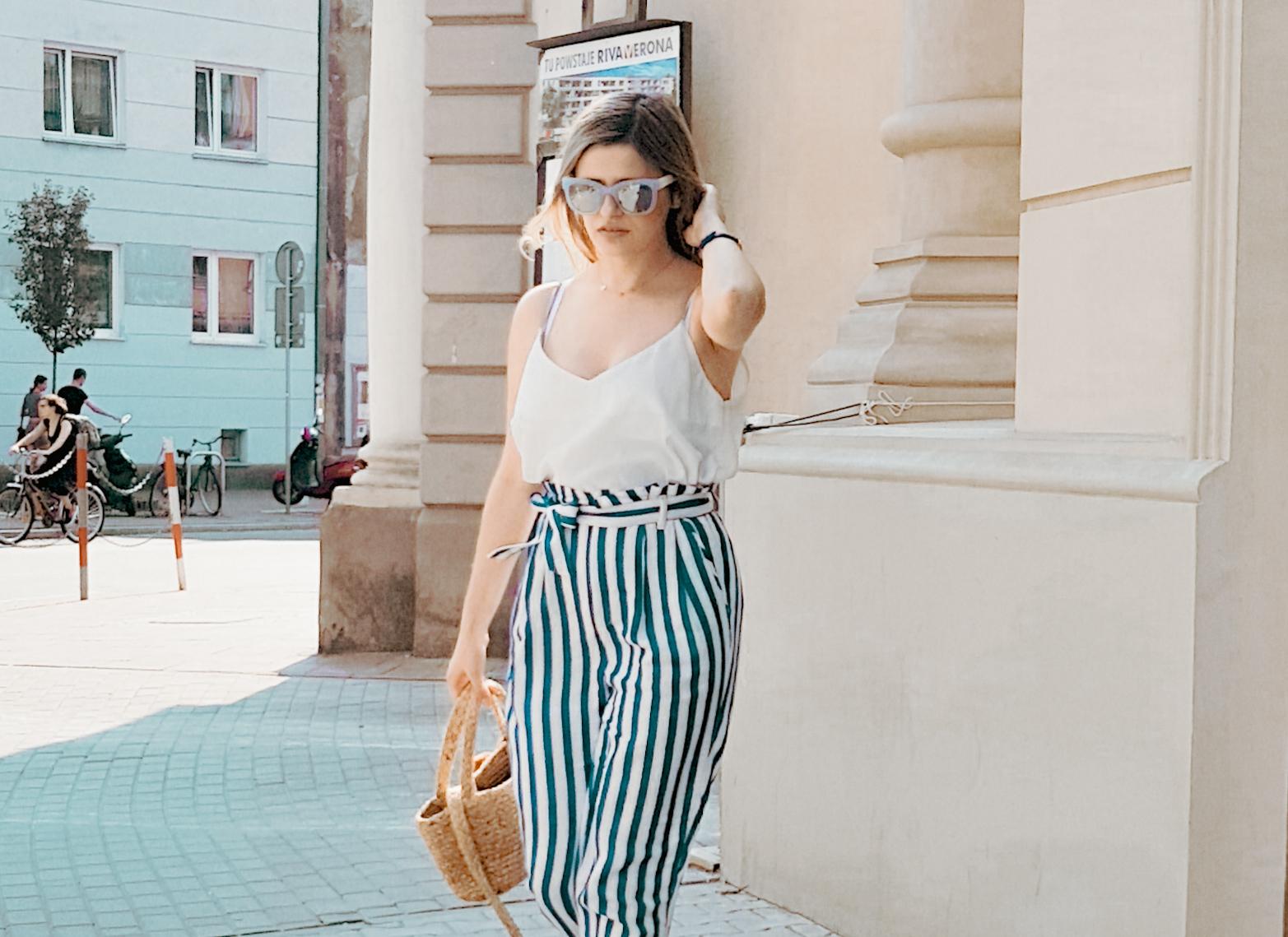 Spodnie w pionowe pasy i jutowy koszyk stylizacja