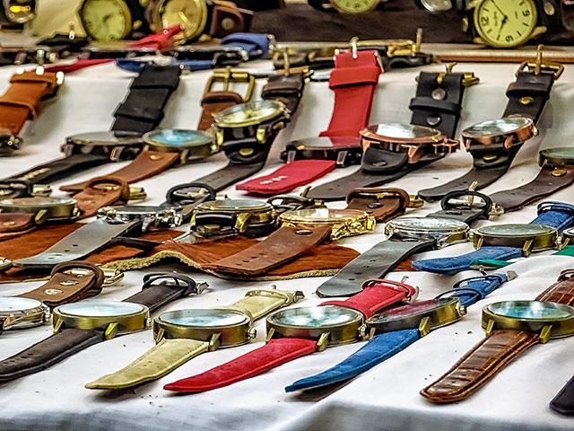 Muchos relojes pulseras en un mostrador dispuesto a la venta