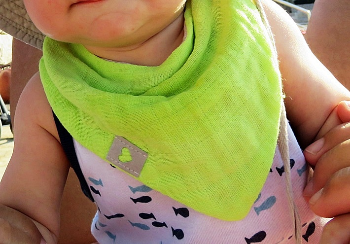 Baby mit Musselin Laetzchen