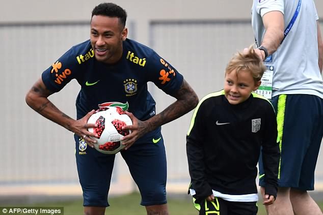 Neymar ăn vạ mua vui cho đồng đội 10