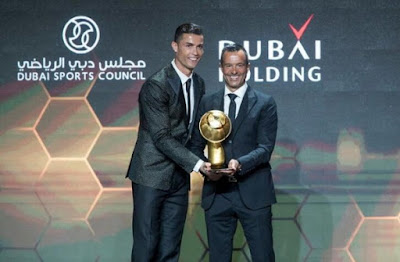 Cristiano_Ronaldo_con_el_trofeo_Mejor_Ju