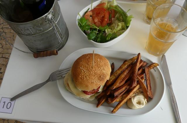 Burger und Süßkartoffel-Chips - Hamburgueria Do Bairro, Funchal