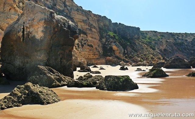 Praia-do-Zavial-formaciones-rocosas