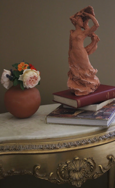 still-life, flowers, pottery, ceramic, terracotta, amy myers, sarah myers, roses, sculpture, lady, figure, woman, antique, table, gold, books, escultura, skulptur, scultura, arte, kunst, art, photography, interior, interiores, deco, decor, decorating