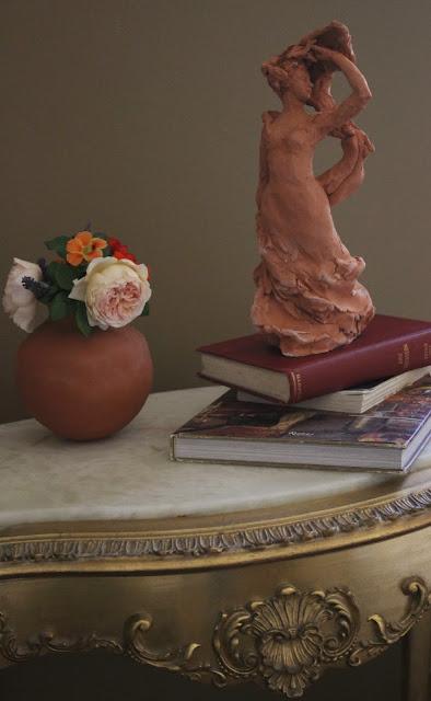 still-life, flowers, pottery, ceramic, terracotta, amy myers, sarah myers, roses, sculpture, lady, figure, woman, antique, table, gold, books, escultura, skulptur, scultura, arte, kunst, art, photography, interior, interiores, deco, decor, decorating