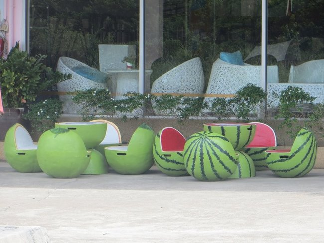 Набор из стола и стульев в виде арбуза и яблока