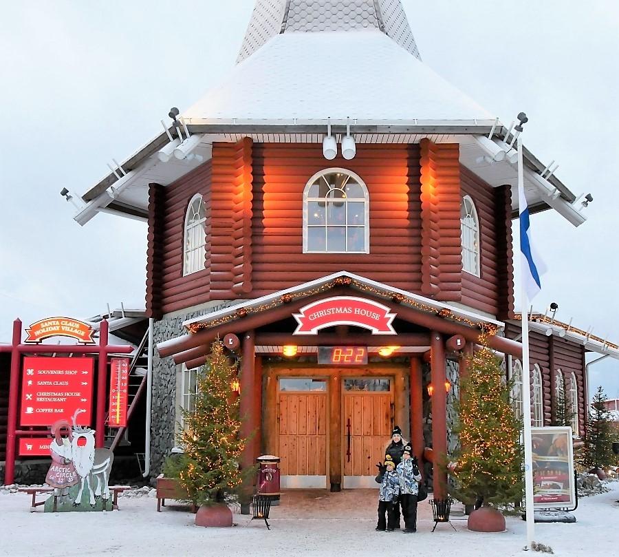 Christmas Housessa Pajakylässä Joulupukkia moikkaamassa (Rovaniemi, Lappi)