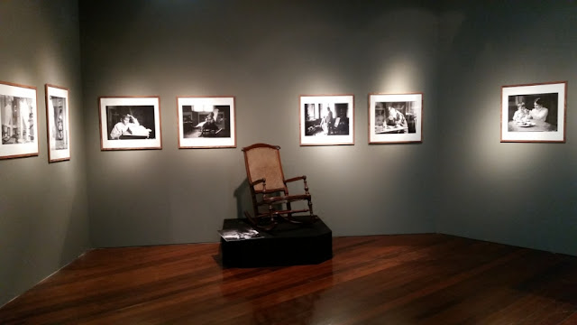 A cadeira de balanço que aparece em diversas fotos - Exposição Lentes da Memória