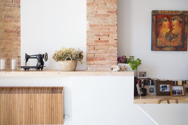 repisa de madera en la pared, radiador de madera