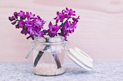 Bunga Hias di Meja_7 Kado Unik dan Berkesan Untuk Guru