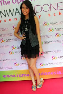 Artis FTV Ryana Dea Maharani pakai gaun pendek warna hitam