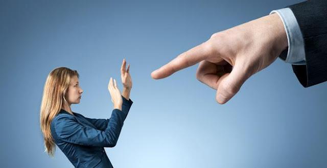 A crítica tem sido cada vez mais usada no nosso cotidiano, no trabalho ou na vida pessoal. Todo mundo já recebeu alguma crítica na vida… todo mundo já criticou alguém antes… mas, o problema começa quando a pessoa só ouve críticas ou só critica os outros.