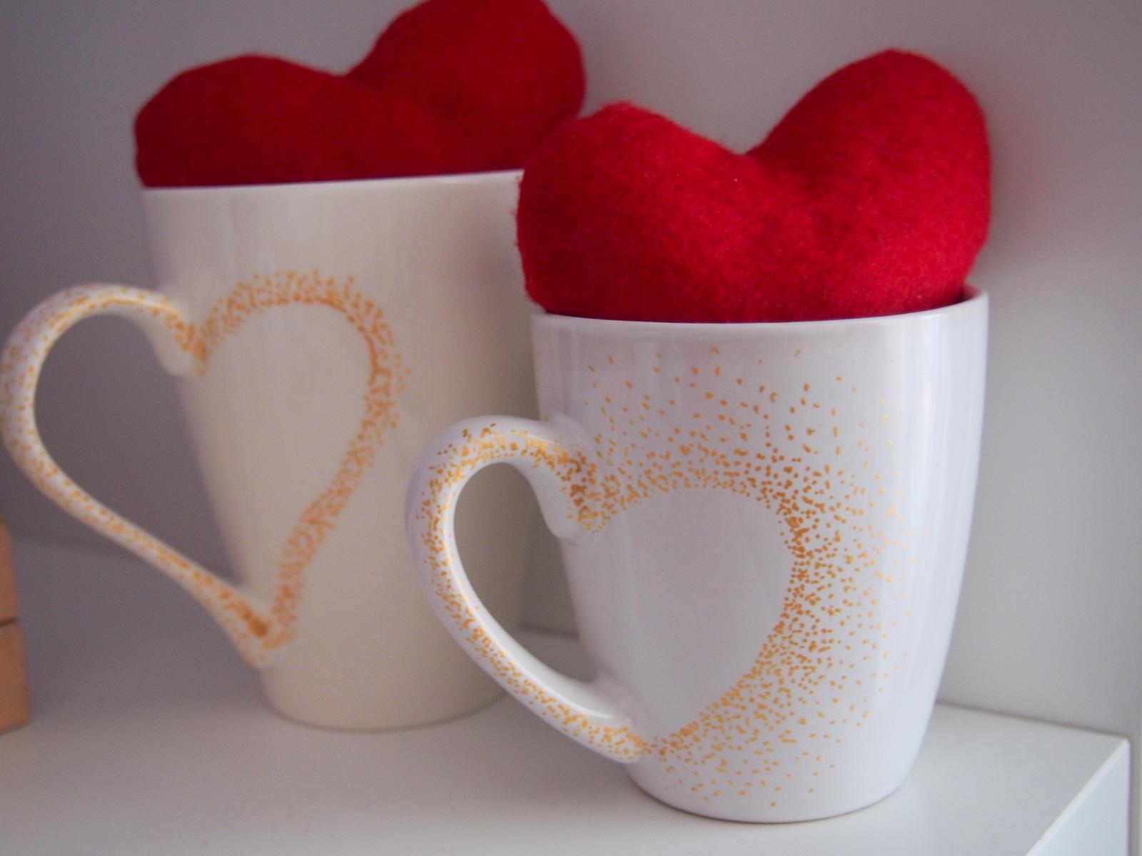 d1c455a1b 3) Vytvorte si doma alebo v kancelárii valentínsku atmosféru (kľudne aj  týždeň vopred). Prišite k srdiečkam saténové stužky a zaveste na držiaky  skriniek ...