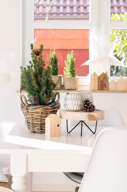 Weihnachtsdekoration, kleine Tanne als Weihnachtsdeko, Holzhaus DIY, Teelichter