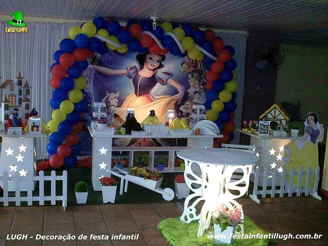 Decoração festa Branca de Neve em mesa decorativa de aniversário infantil