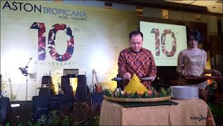 Prosesi potong tumpeng perayaan 10 tahun Aston Tropicana Bandung