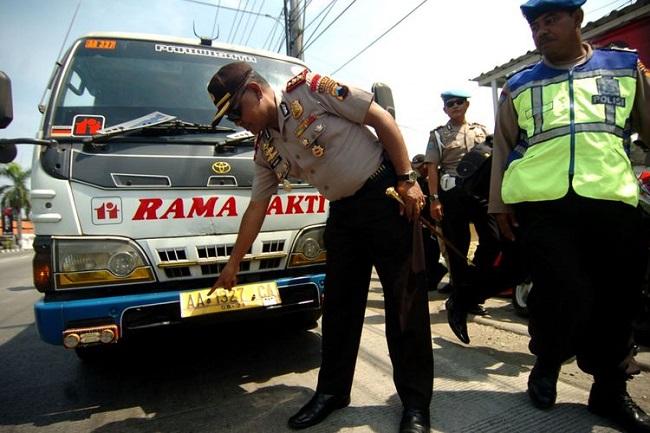 TNI membantu logistik saat Aksi Damai Peduli Rohingya yang diadakan di dekat Candi Borobudur.