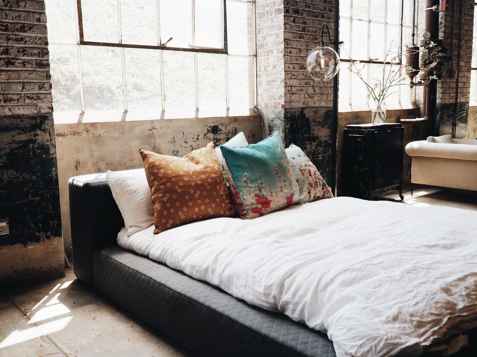 Klasycznie łóżko w industrialnej sypialni