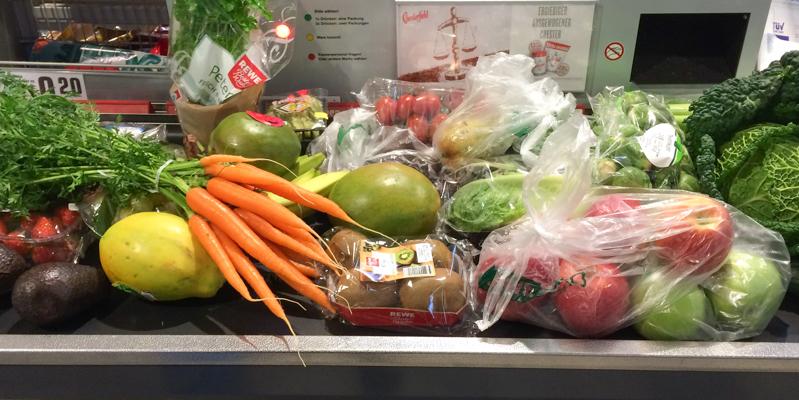 Einkauf Obst und Gemüse auf Kassenband