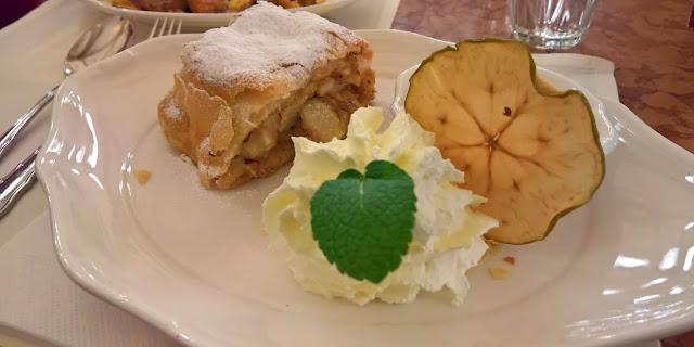 Mallaspulla matkailee Wien apfelstrudel cafe central