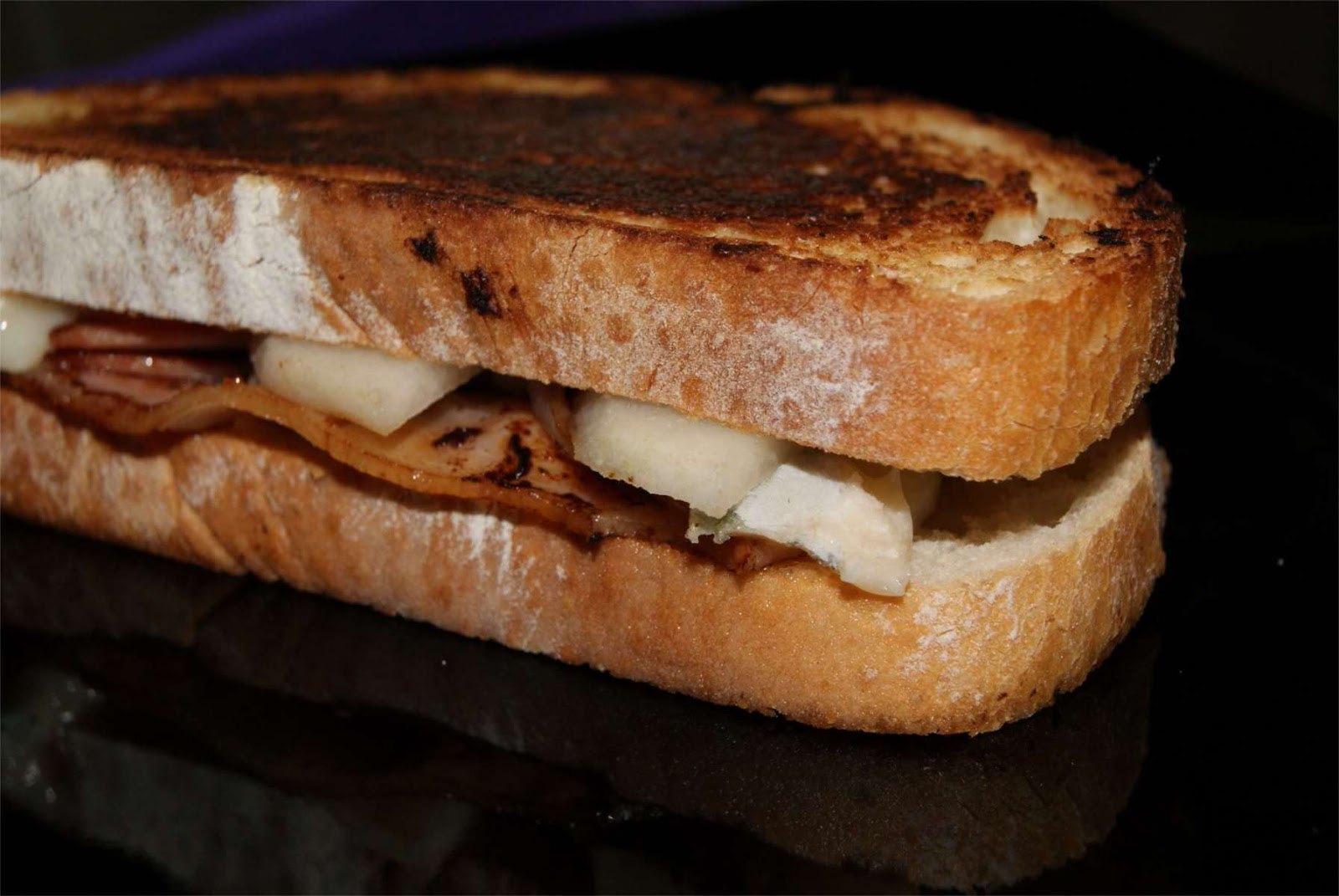 Sandwich de pera gorgonzola y bacon