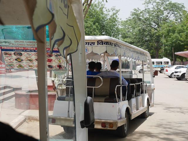 Shuttle menuju pintu masuk Taj Mahal