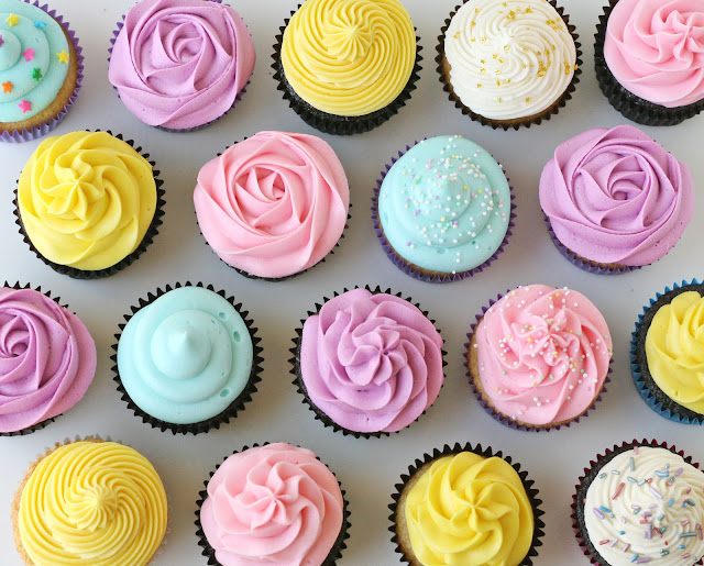 Simply the BEST tutorial on How to Frost Cupcakes!