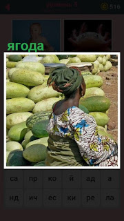 женщина с платком на голове торгует ягодой на рынке